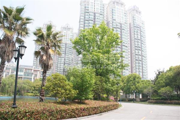 高尔夫湖滨花苑194平豪华装修带车位 350万 3室2厅2卫满2年