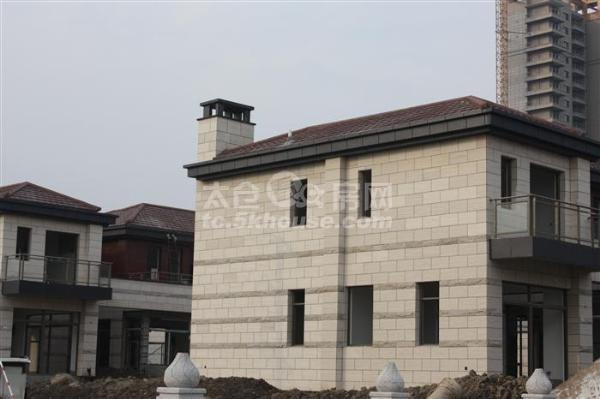 双拼,1-3楼,有大院和三只汽车库,满两年