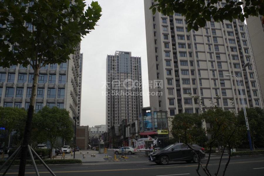 实验中学,万达广场139平290万,3房2卫,毛坯,随意装修