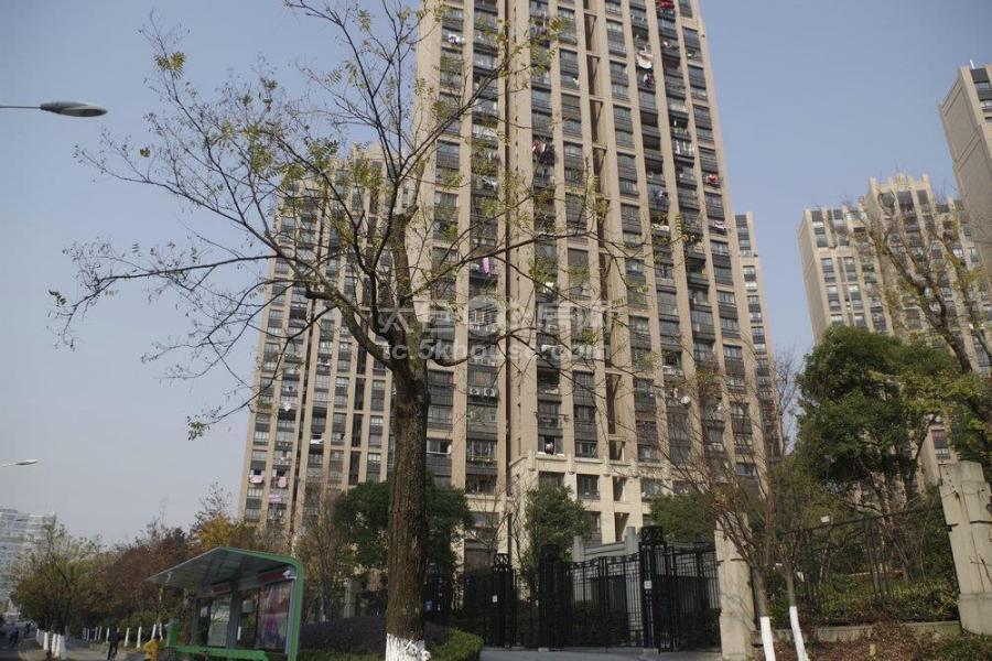 绿地城 260万 4室2厅2卫 精装修一直空置 好楼层 房主急售。
