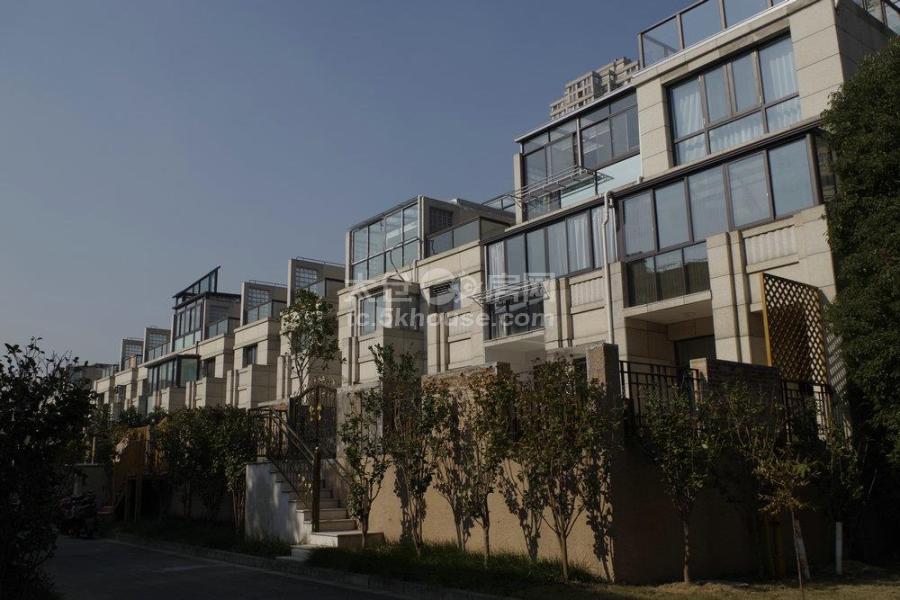 南洋壹号公馆联排别墅 420万 5室2厅3卫 毛坯 位置好