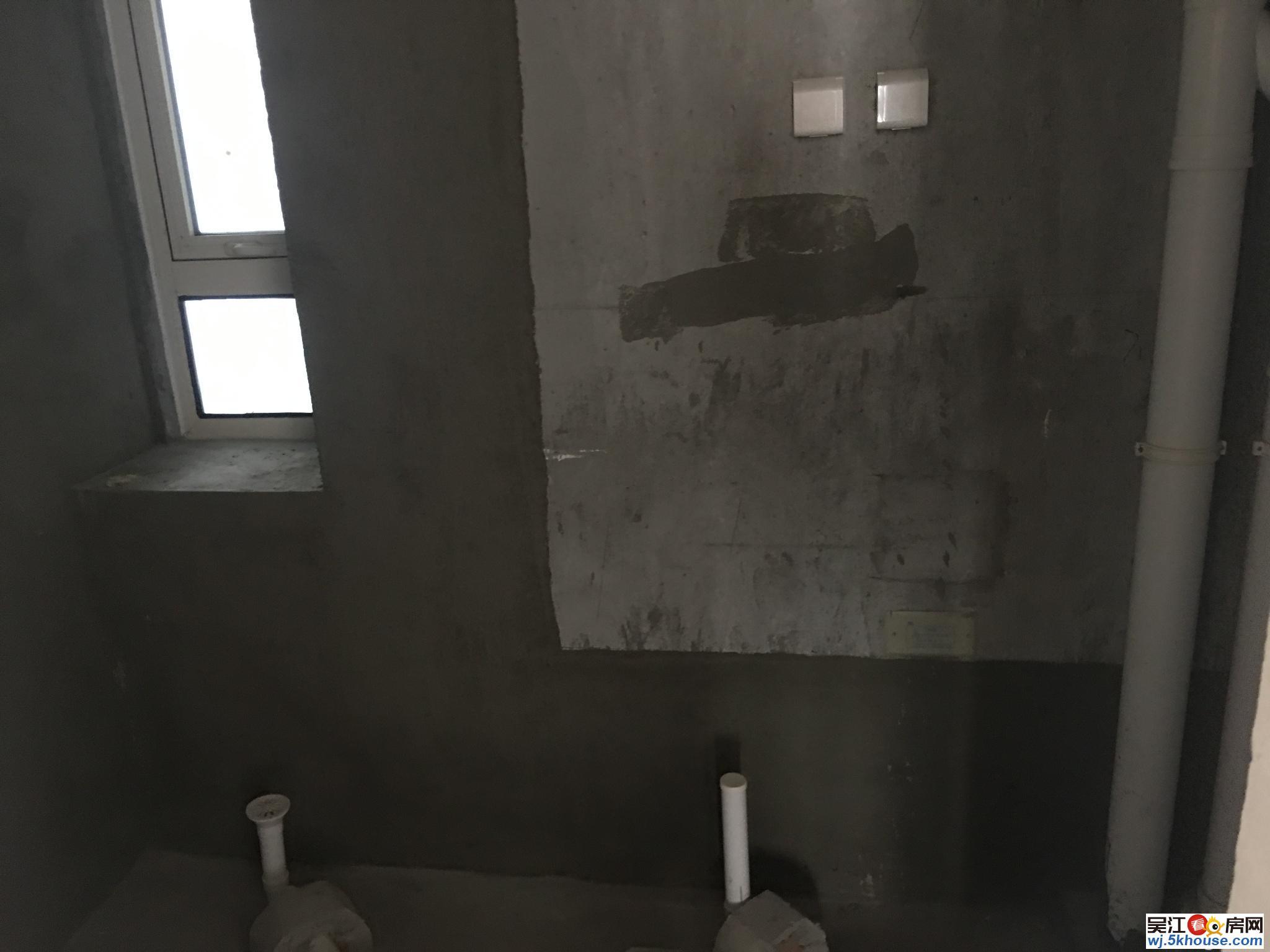 近地铁 聆湖苑实用小3房 三房朝南3个阳台 送产权车位有钥匙
